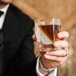 ウイスキーを『オン・ザ・ロック』で 丸氷ではなく斜め氷?【ウイスキーエッジ】